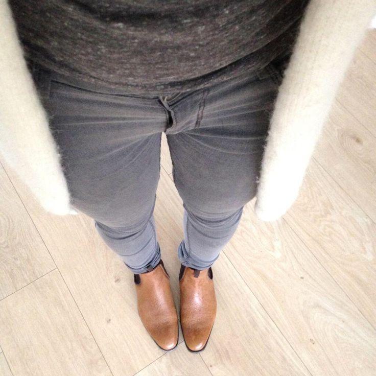 Outfit van vandaag! Grijs t-shirt (H&M), grijze broek (Primark), wit vest (Vanilia) en laarsjes (Liebeskind)