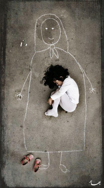 Goed idee voor een leuke foto! | child huddled in a drawing of a mother | #foto #kind #buik #moeder