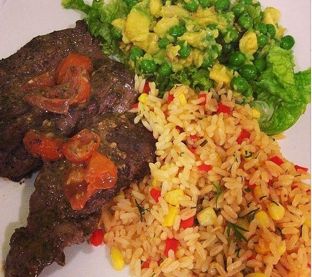 Menu saludable  lomo de res al pesto genovés , arroz integral mexicano , ensalada azteca