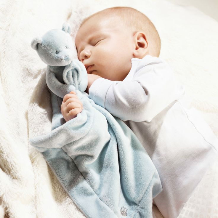 Baby met lichtblauw knuffeldoekje