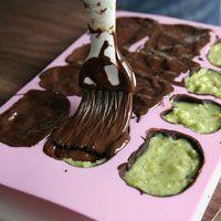 Technique pas à pas en images recette Petits chocolats à la pistache Hello Kitty