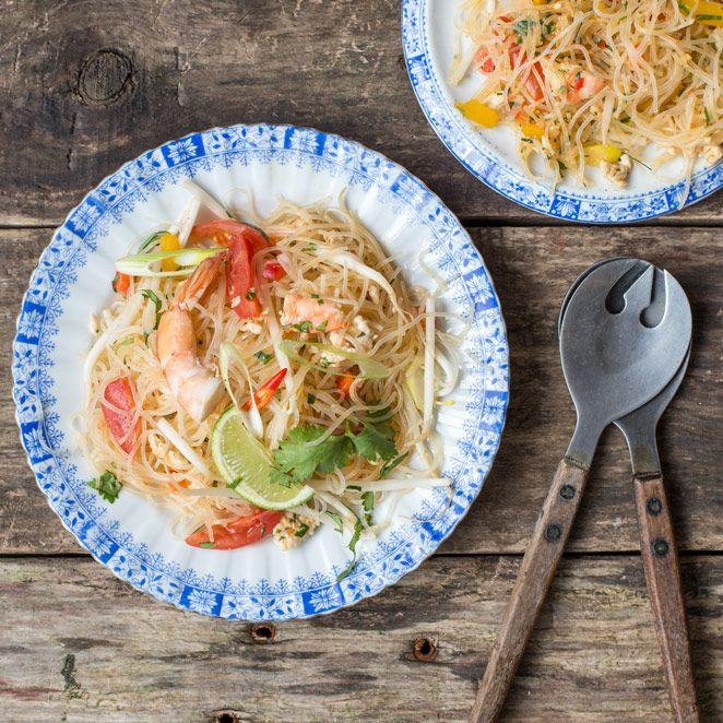 Frisch, leicht und mit zarten Glasnudeln und Garnelenfleisch unwiderstehlich lecker - diesen Glasnudelsalat darfst du dir auf keinen Fall entgehen lassen.