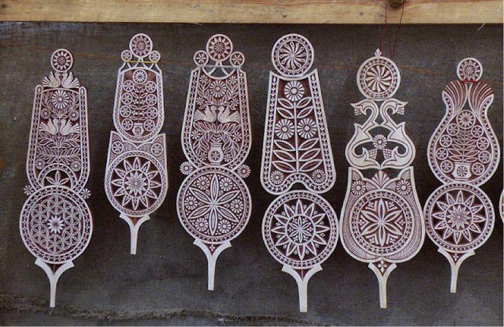 Carved distafs-Google http://runawayjuno.com/wp-content/uploads/2012/08/spinning-wheel-decorations_Vilnius_Lithuania.png vaizdų paieškos rezultatai