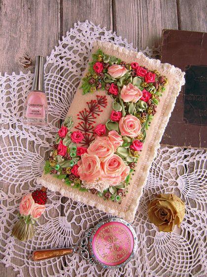 Купить или заказать Ежедневник  'Розовые мечты', вышивка лентами в интернет-магазине на Ярмарке Мастеров. Обложка для ежедневника (блокнота) с двусторонней вышивкой на фетровой основе атласными лентами, бисером, бусинами; хорошо держит форму. Атласные ленты тонированы вручную, авторский рисунок, в единственном экземпляре. Для удобства сделана закладка из атласной ленты, с валяной бусиной, расшитой бисером, и шелковой кисточкой с декором из роз. Отделка хлопковым кружевом ручной работы...