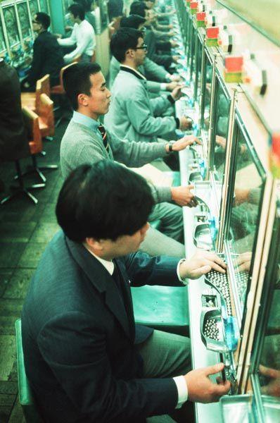 昭和45年、名古屋市のパチンコ店(1970年撮影) 【時事通信社】