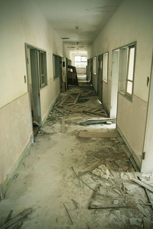 abandoned and uncompleted hospital 1 (Kobe, Japan) 未成の廃病院(神戸市): かねてから存在を噂されていた伝説の廃病院。それは40年間以上放置された未成の病院でした。建具枠はすべて木製。紅葉の木々に埋もれながら、ひっそりと残っていました。