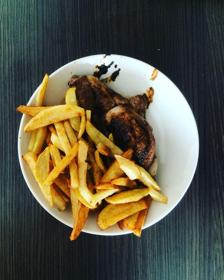 Sacarle el almidón a las papas, y hacerlas fritas, quedaron perfectas junto a la chuleta y su salsa de mostaza, soja y ajo 👌🏼