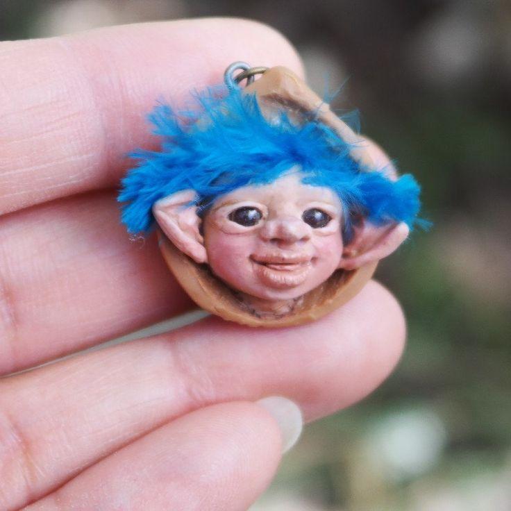Figura de duende azul para collar, Colgante hecho a mano de duende en arcilla polimérica, Duende modelado a mano para collar, Duende azul, de Creativiam en Etsy