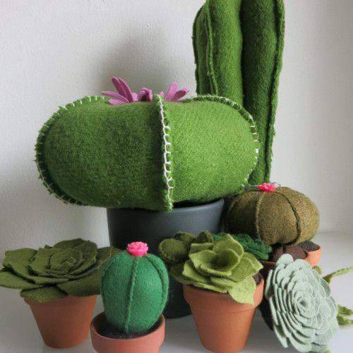 Op tafel; cactus en vetplantjes. gerecycled van oude dekens en wolvilt.   www.be-flowerd.nl