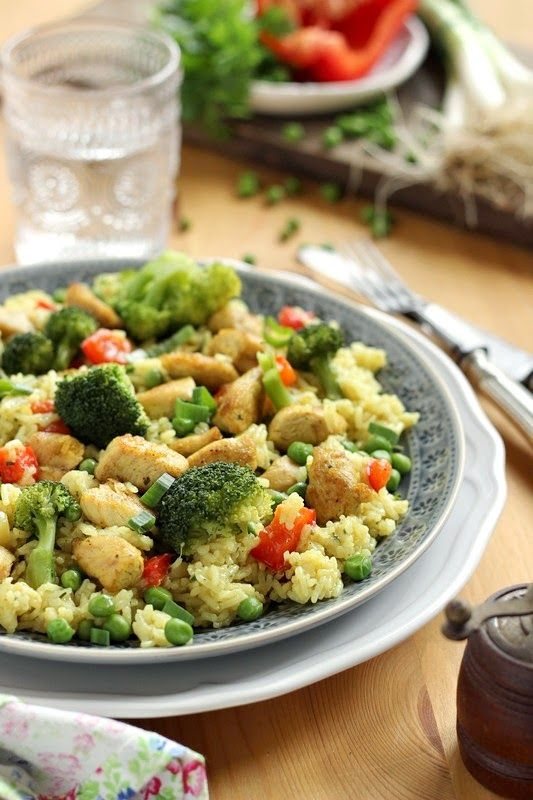 Piláf vagy egyszerűen rizses egytálétel. Ízlésünk szerint gazdagíthatjuk mindenféle zöldséggel, hússal ill. gyümölccsel. A c...