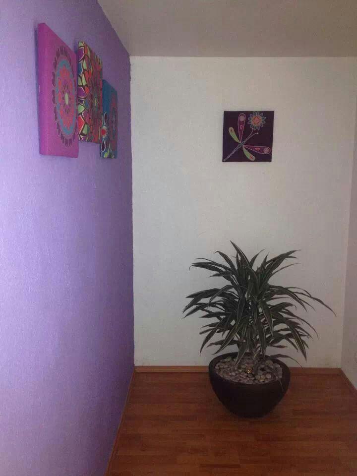 Al entrar a tu casa, lo primero que ves es un muro? Este bloquea la entrada de oportunidades, para mejorar tu entrada coloca cuadros con colores alegres.