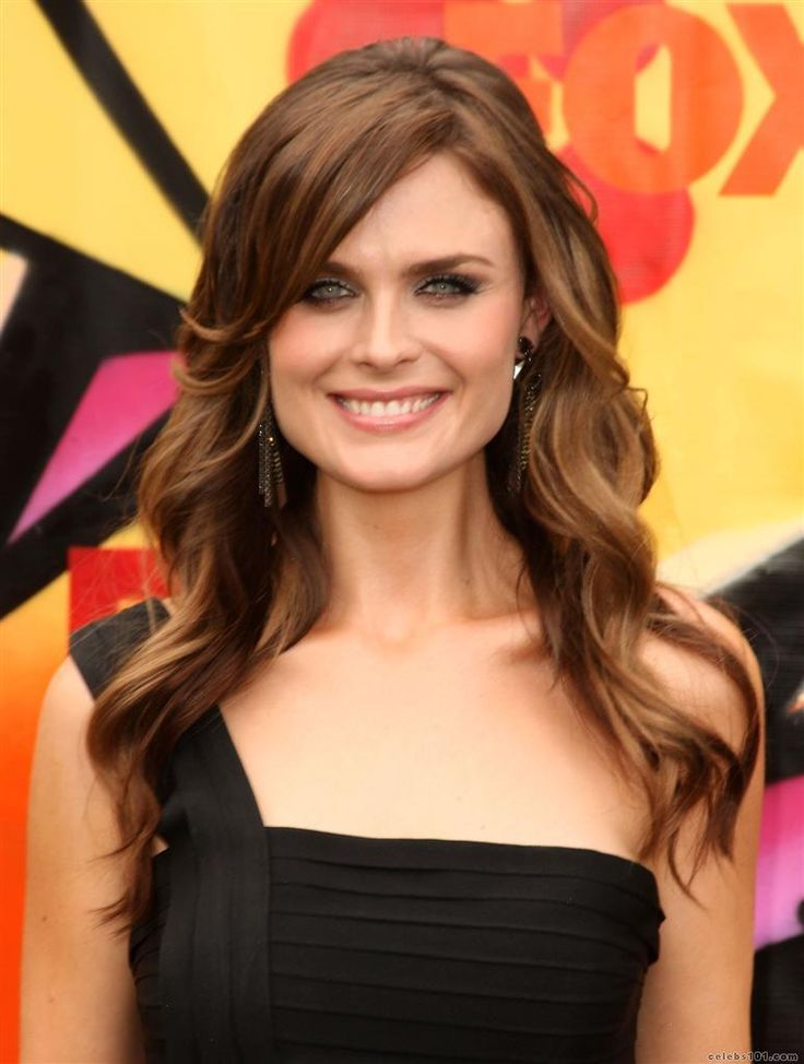 Emily Deschanel,  I love BONES!!! And she's a very beautiful woman :-)