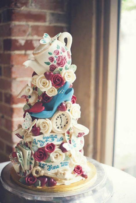 Свадебный торт в стиле сказки «Алиса в стране чудес».