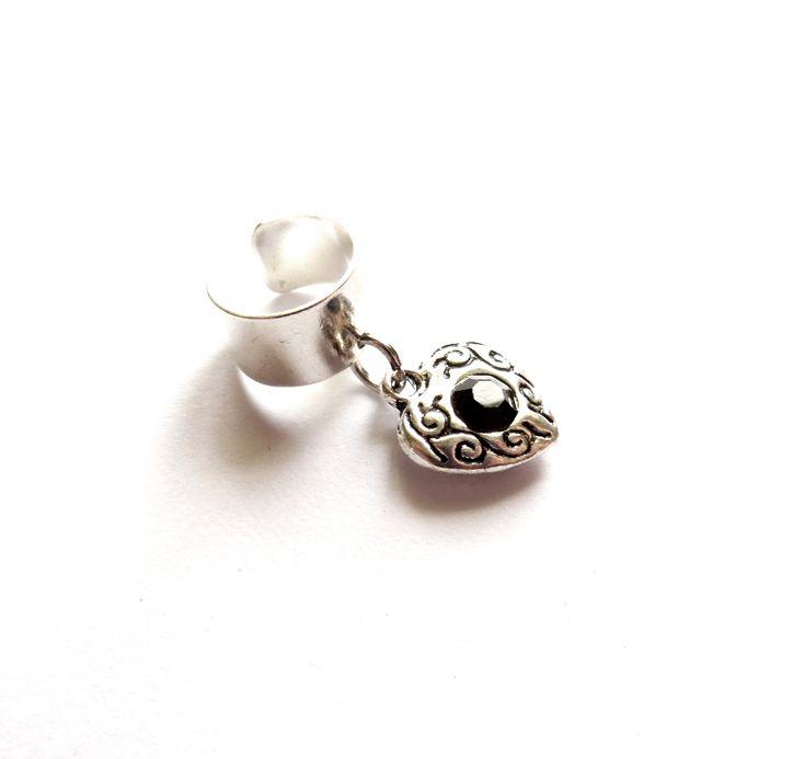 Ear cuff i silverplätering med ett mönstrat hjärta med en liten svart kristall.