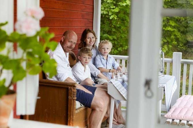 """""""Här har vi det bästa av två världar"""", säger Anna Skarlöv, som bor i ett mysigt trähus på ön. """"Jobb i stan och fritid på landet. Vi hade letat i drygt ett år innan vi köpte huset"""", säger hon. Det var vattnet som lockade, skärgårdskänslan. Att det fanns gamla, fina hus här, och en genuin känsla drog Anna, som har ett stort intresse för byggnadsvård. """"Här är det glest mellan gatlyktor och trottoarer, men det stör inte mig att bo lite avsides – tvärtom"""", säger hon."""