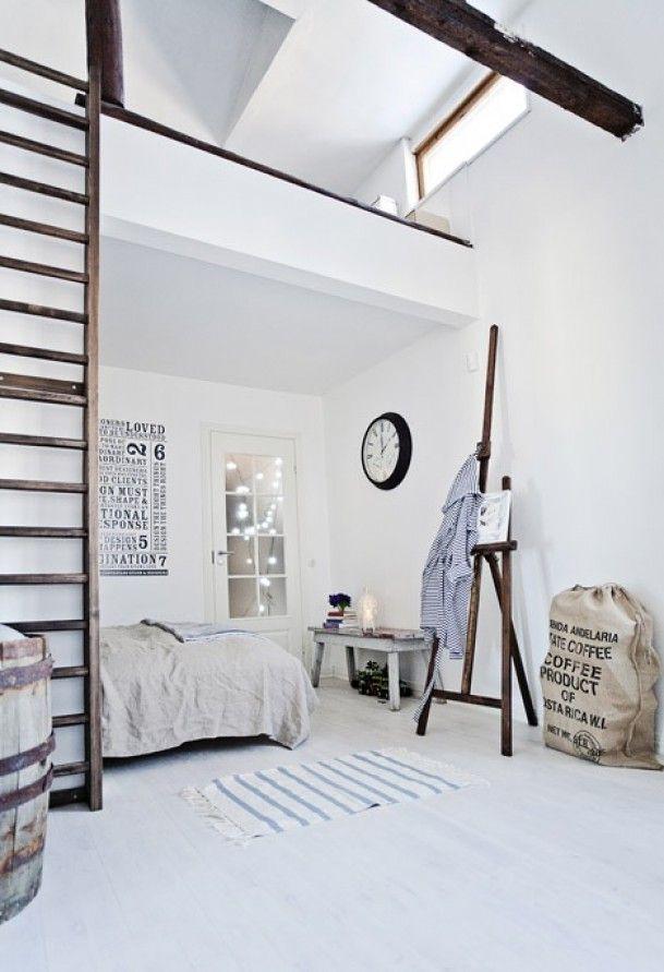 high seeling - witte slaapkamer met hoog plafond met hout accenten