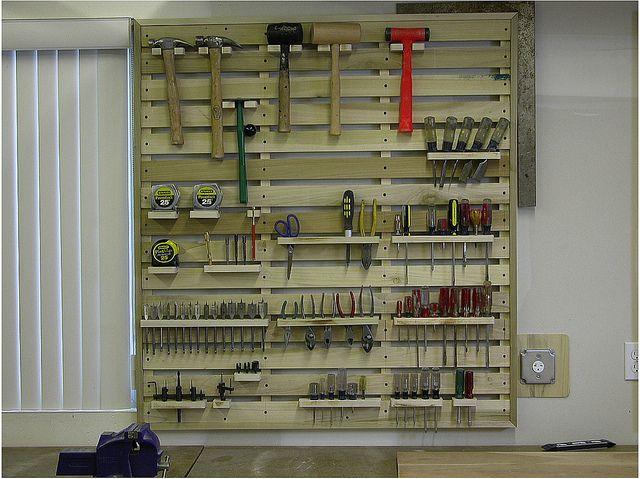 Wood workbench tool storage idea french cleat - Organizador de herramientas ...