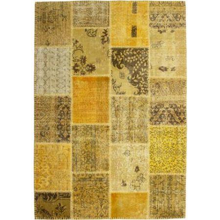 Geel karpet in de kleur Okergoud kan als eyecatcher worden gebruikt. Parketvis verkrijgbaar bij Myhomeshopping.