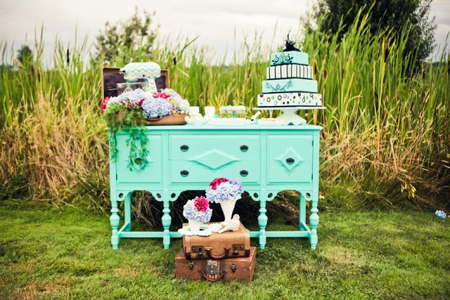 Don't you just love when a classic style is combined with a popular trend to create modern fireworks?! Yup, we do too! And that's exactly what stylist Mariah Rainier did when creating this bridal shoot. By pairing the ever-so-classic Tiffany Blue wedding theme with the ridiculously popular chevron pattern, this shoot shows us that old …