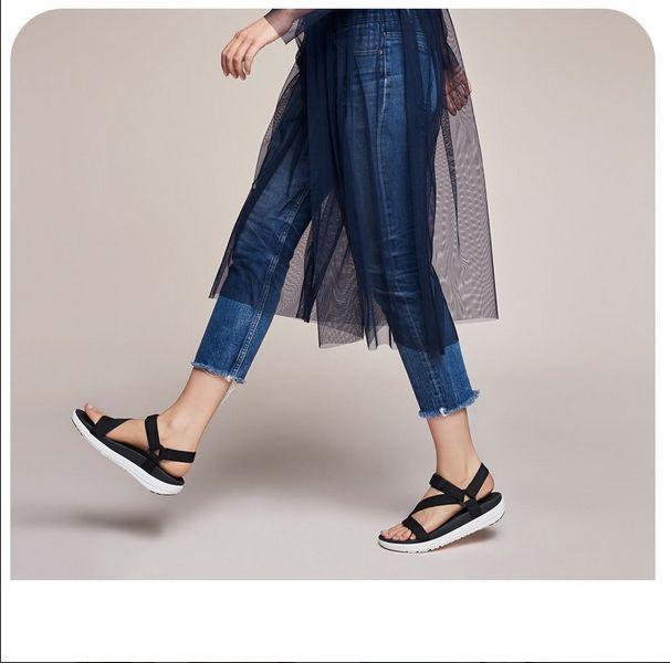 Svarta sandaler har aldrig varit snyggare!  Bekväma och mjuka damsandaler från Fitflop som gör att du går skönt hela dagen