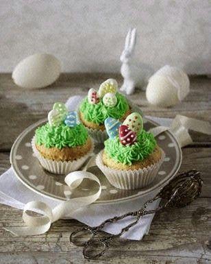 Das Rezept für Cupcakes mit Schokoladenstückchen, grünen Osternestern und selbstgemachten Zuckereiern und weitere kostenlose Rezepte auf LECKER.de