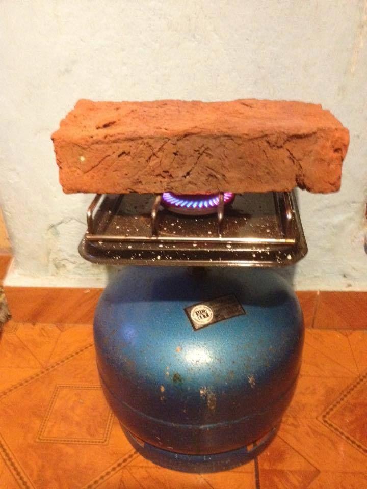 Calefaccion casera:la garrafa de gas y el ladrillo arriba calentandose