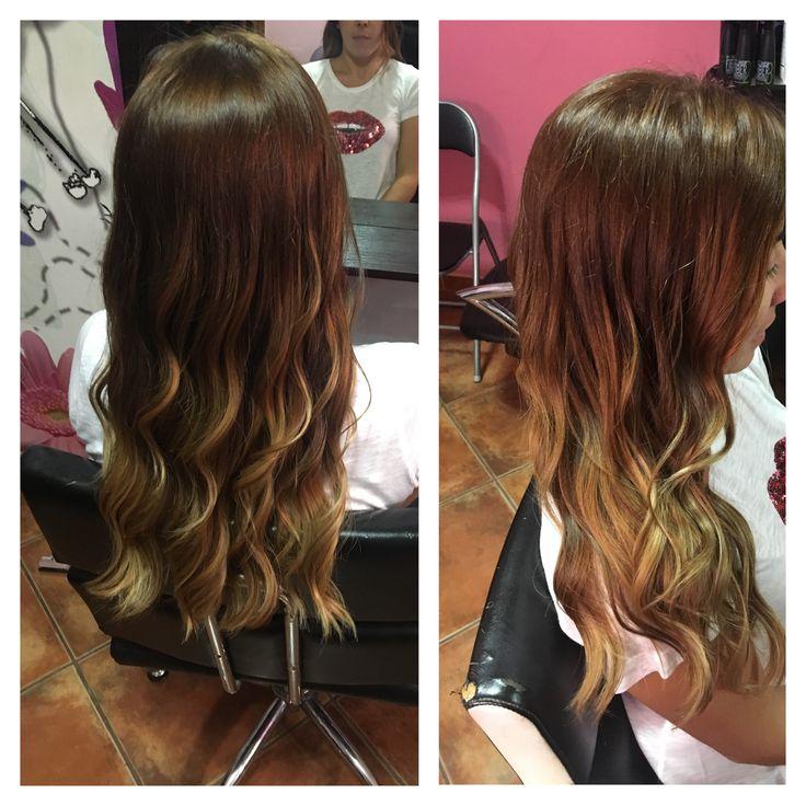 Degradado de color de un tono rubio oscuro marrón a un rubio claro con reflejos beige y marrón. Laura Robles 676397525