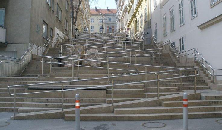 Escadaria com rampa integrada para pessoas em cadeiras de rodas e com carrinhos de bebê (Josef Lex/Flickr)
