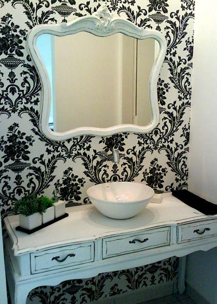 lovely wallpaper in bathroom