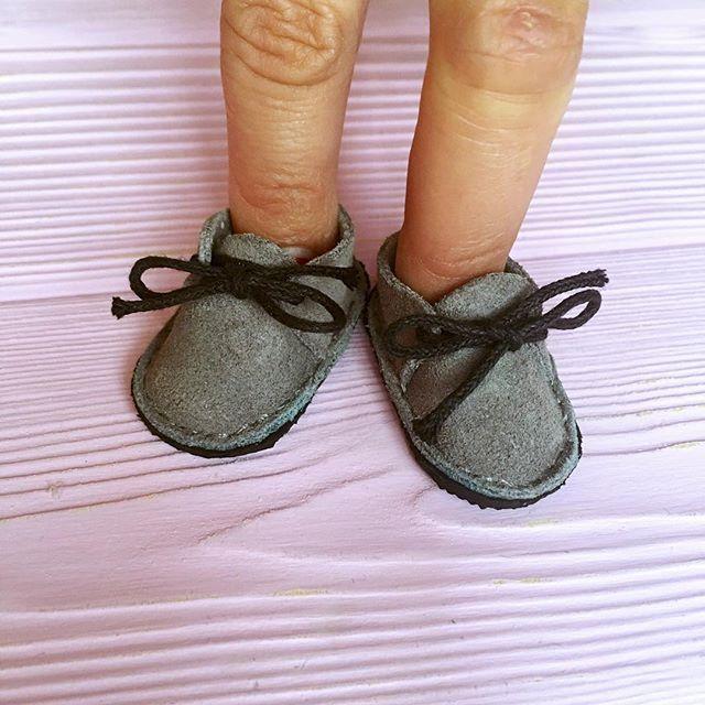 А вот и ботиночки для малышки готовы (в качестве манекена временно выступают мои кривые пальцы) 🙉🙉🙉😂😂😂😜 #кукланазаказ#текстильнаякукла#doll#куклаизткани#куклавподарок#ботиночкидлякукол#замшеваяобувь#обувьдлякукол