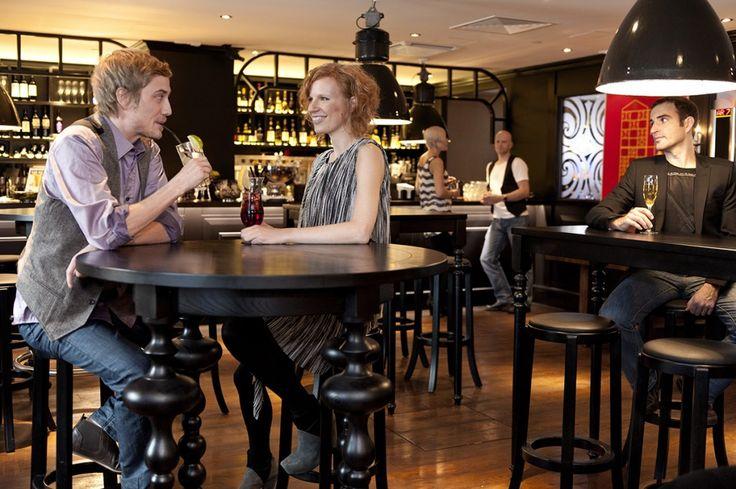 ROYAL RAVINTOLAT – Tiesitkö nämä 10 tarjoilijan työn salaisuutta? 10. Pelisilmä. Ammattitaitoinen tarjoilija osaa heti tunnistaa, minkälainen fiilis pöydässä istuvalla asiakkaalla on.