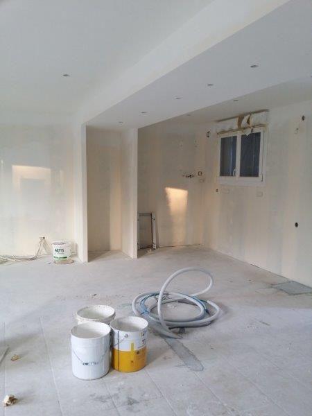 Deuxième couche de peinture au plafond