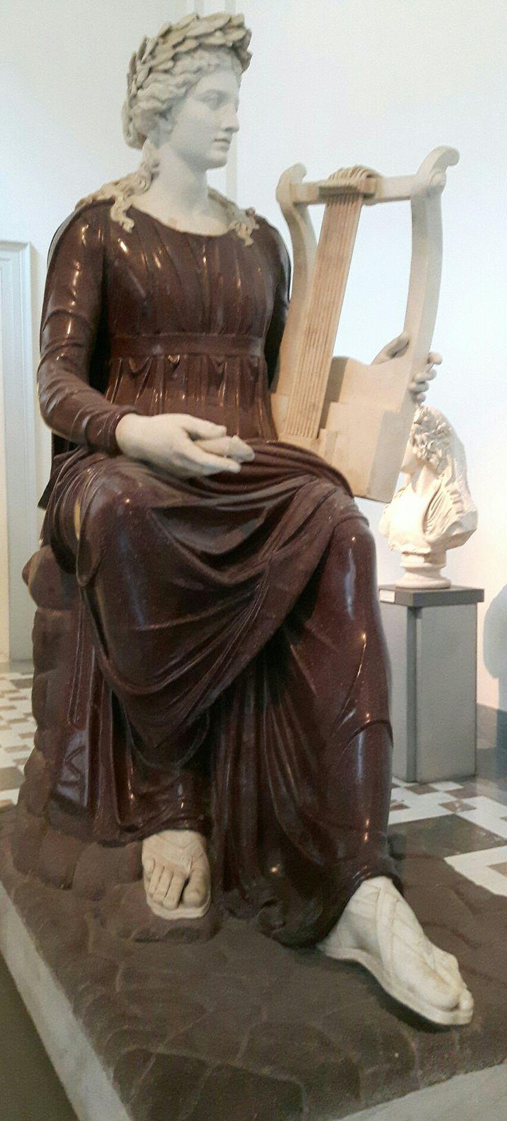 Statua di Apollo con lira seduto su roccia. Museo Archeologico Nazionale di Napoli.  Acquistato nel 1546 presso Fabio e Decio Sassi da Alessandro Farnese.  Opera Adrianea. II sec. d.C