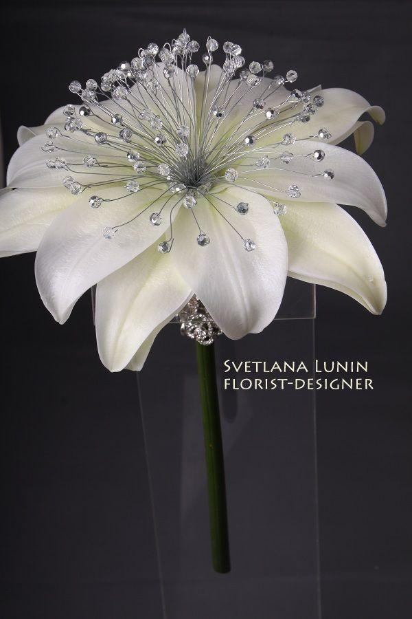 Precioso ramo de novia con pétalos y cristal