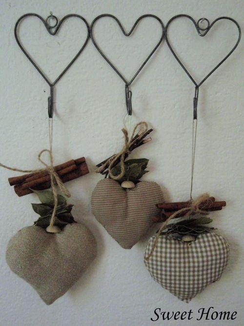 viejas perchas de alambre = corazones