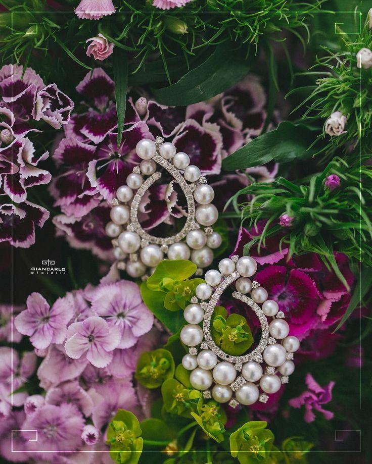 Излюбленным камнем большинства невест является жемчуг. Эти изысканные серьги с натуральным белым жемчугом и чистейшими бриллиантами отлично подойдут под нежный и уточненный образ невесты. Кроме того жемчужный цвет идеально сочетается с платьями любого цвета от белоснежного до айвори!  Белое золото 1010 грамм проба - 750 Жемчуг 310 карат/42 шт. Бриллианты 179 карат/94 шт.  #jewellery #gold #earrings #pearl #bracelet #diamonds #amethyst #beauty #women #giancarlogioielli #vscogood #vscobaku…