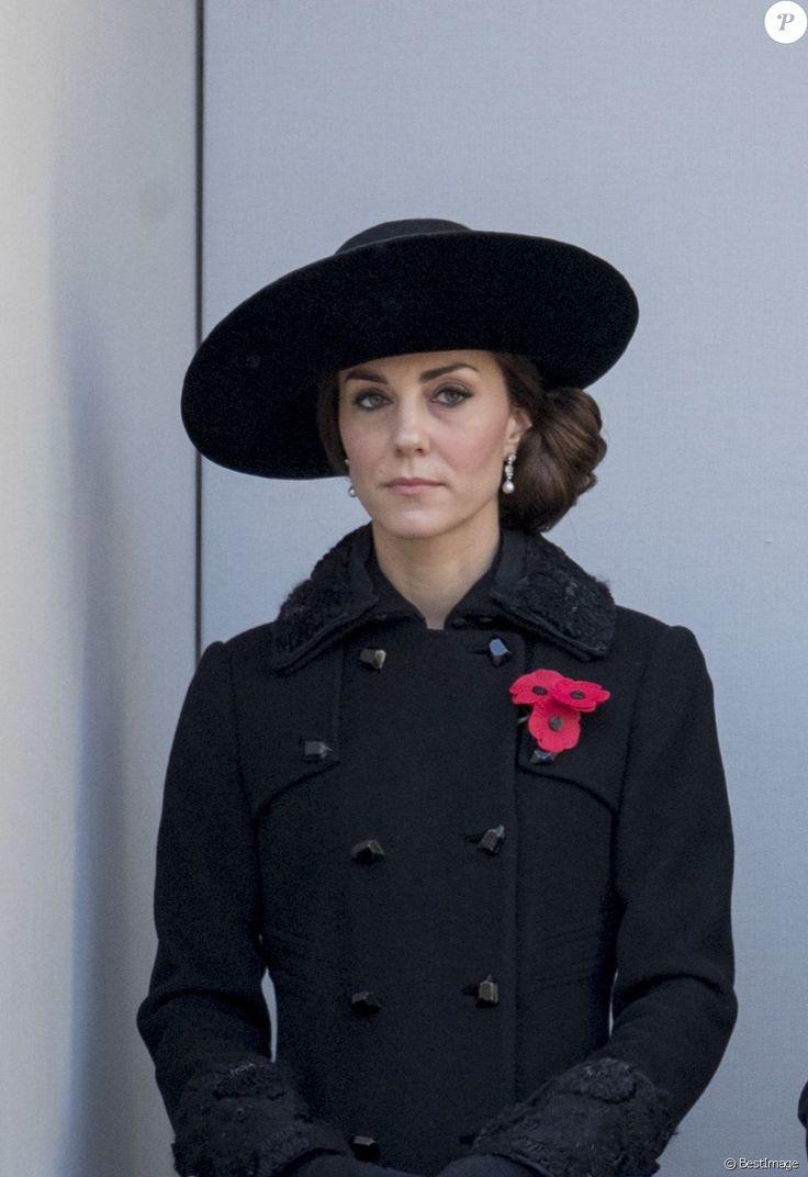 Kate Middleton, duchesse de Cambridge au balcon du Bureau des Affaires étrangères et du Commonwealth le 13 novembre 2016 à Londres, lors des commémorations du Dimanche du Souvenir (Remembrance Sunday) au Cénotaphe de Whitehall.