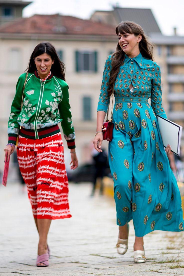 No hay influencer que no haya lucido en su perfil de Instagram la famosa camiseta de Gucci con su logo. Es la última obsesión de Chiara Ferragni. Con la llegada de los 90 desembarca también la logomanía en los armarios, una tendencia que se inició hace varias temporadas y que llega a su máxima expresión en el street style: los nombres y las siglas de las marcas se cuelan en faldas, bolsos, cinturones y hasta en la zona de la pelvis o el trasero de los pantalones. Los logos están por todas…