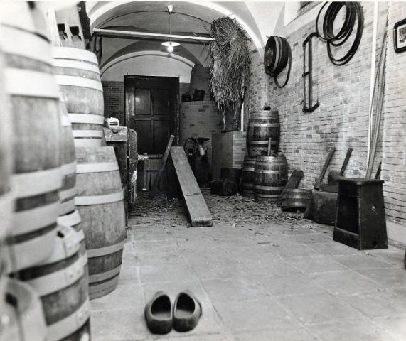 Nagebouwde kuiperij in de kelder van de Stedelijk Museum
