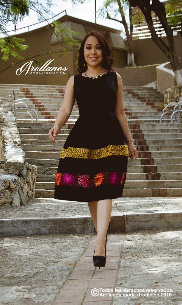 Mayra Falda Tulipan- Tela: Algodón gabardina strech Tipo de bordado: De máquina artesanal Región en la que se elabora: Istmo de Tehuantepec Diseño: Vestidosin mangas con tiras de bordado en la falda