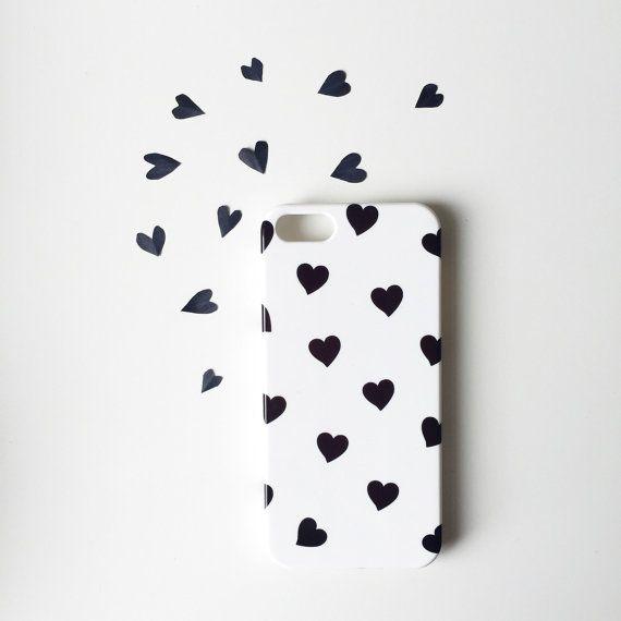 Niedliche Handyhülle mit schwarzen Herzen für Iphone 5s. Gefunden auf Etsy.