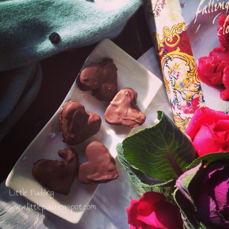Vanilla, raspberry and rose marshmallows covered in chocolate #marshmallows #raspberry #rose #littlepuddingcakes