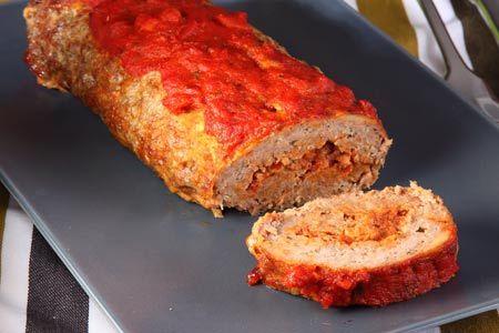 Ρολό κιμά με μοσχοκάρυδο, γεμιστό με σάλτσα ντομάτας