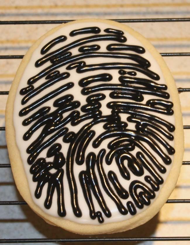 fingerprint cookie -- great tutorial on how to decorate cookies for a police / detective / secret agent party