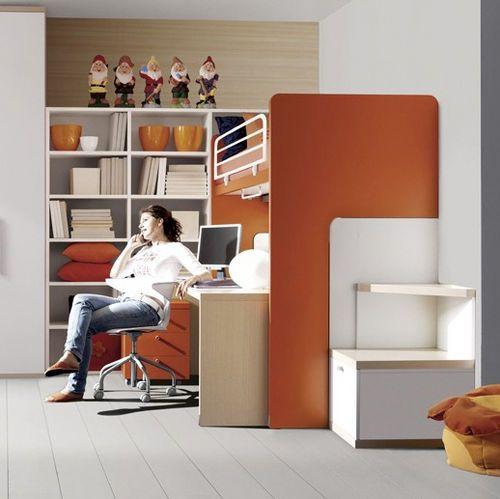 mur de rangement au fond, lit surélevé avec le bureau en dessous.