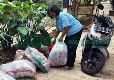 Bank Sampah Melati Bersih: Kegiatan Penimbangan Sampah di BSMB Anggrek