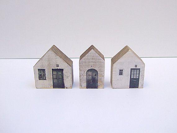 Huizen in gerecycleerd hout. Hout geverfd, bedrukt en hand geschilderd. Elk huis is uniek voor de met de hand, zonder processen mechanische worden gemaakt. Ideaal voor het decoreren van uw woonkamer of slaapkamer. Afmetingen: 6 x 6,5 cm x 3 cm vanaf onderkant 5 x 6,5 cm x 3 cm (diepte)