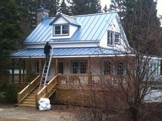 Maison traditionnelle québécoise avec toit de tôle coloré