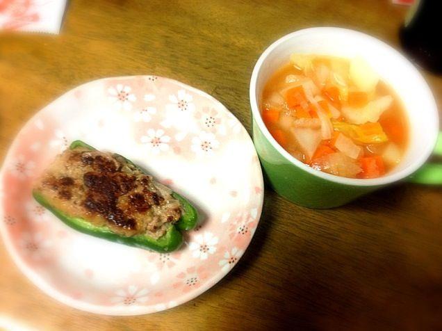 野菜スープは、 じゃがいも、玉ねぎ、白菜、人参 - 2件のもぐもぐ - ピーマンの肉詰め、野菜スープ by Sayuri