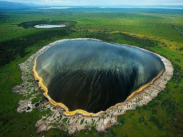 Бездонное озеро в кратере потухшего вулкана. Национальный парк королевы Елизаветы, Уганда
